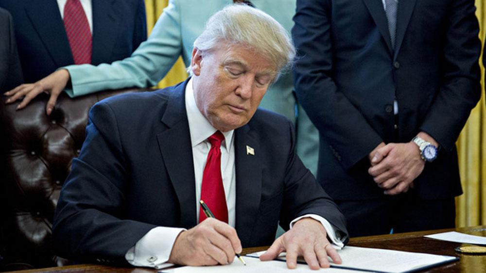 Ông Trump, ký sắc lệnh, chặn chuỗi cung ứng từ Huawei
