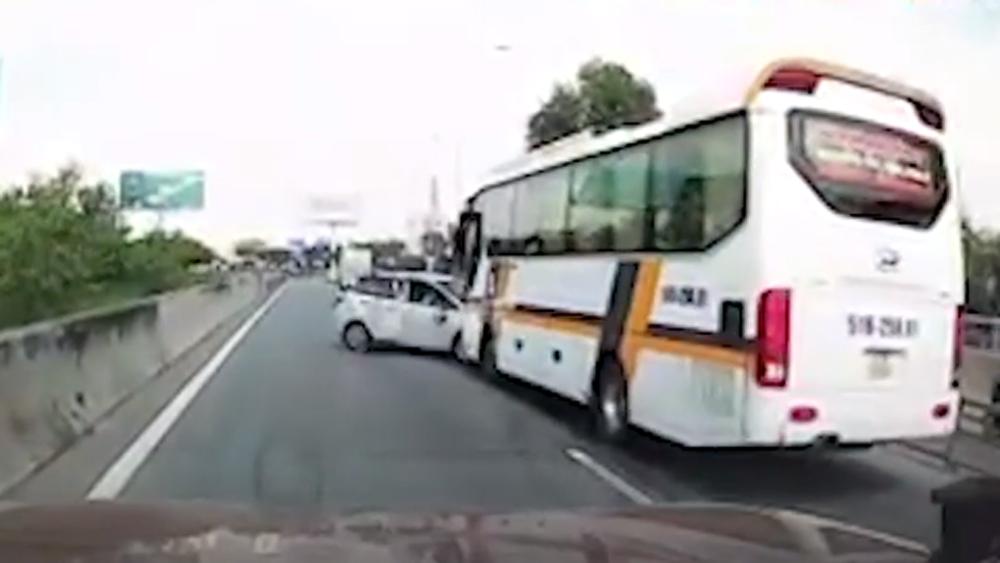 Ô tô 4 chỗ cố tình lấn làn, chèn ép xe khách và cú húc ngang sườn
