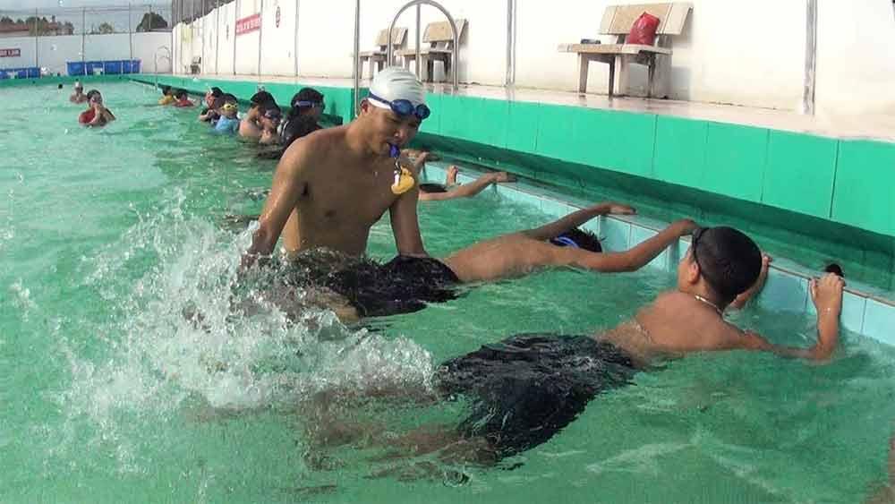 Hè đến, sôi nổi các khóa học bơi