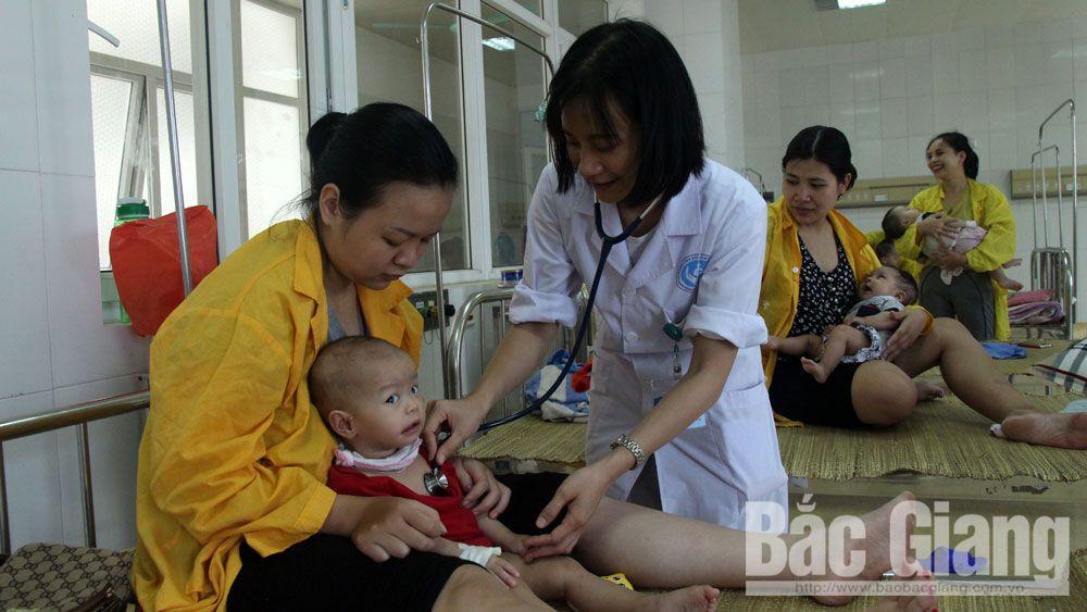 Nắng nóng, nhiều trẻ nhỏ, người già nhập viện