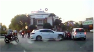 Hải Dương: Đạp nhầm chân ga, nữ tài xế Mazda đâm liên hoàn nhiều xe máy