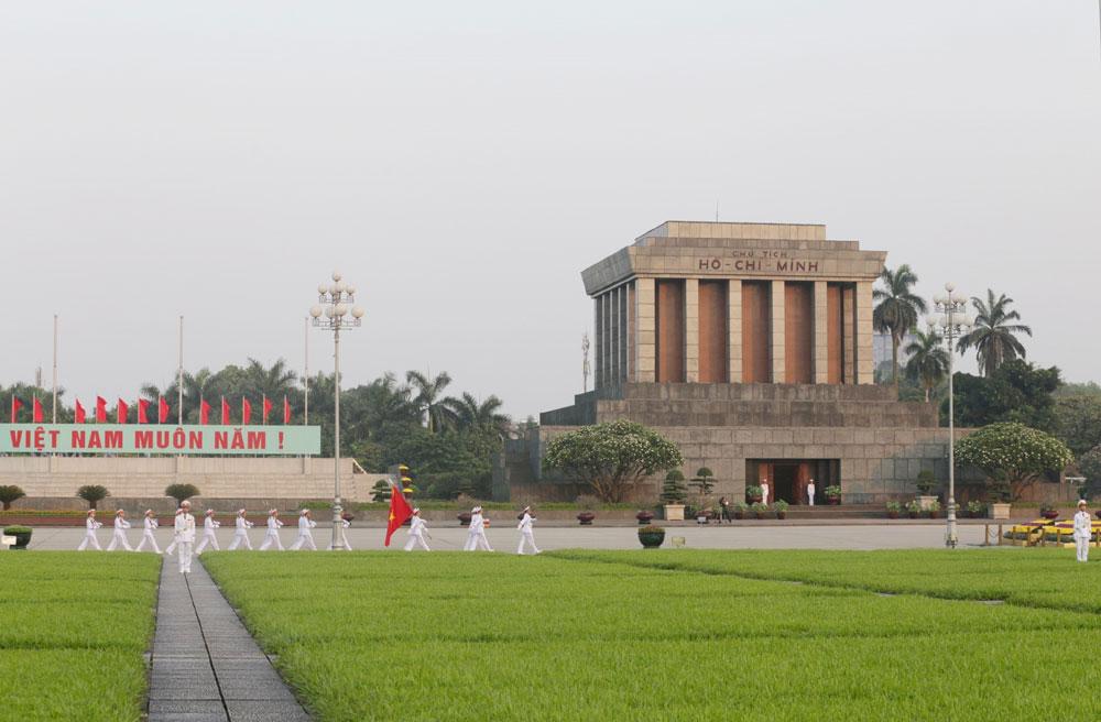 Kỷ niệm 129 năm Ngày sinh Chủ tịch Hồ Chí Minh, kãnh đạo Đảng, Nhà nước,  vào Lăng viếng Bác