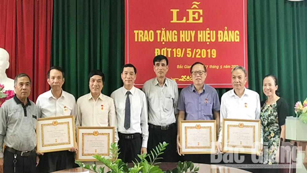 Đảng ủy Khối doanh nghiệp TP trao huy hiệu Đảng cho 4 đảng viên
