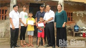 Hội Khuyến học tỉnh và Báo Bắc Giang tặng quà ba cháu nhỏ mồ côi mẹ