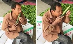 Người đàn ông dùng răng gọt vỏ dưa chuột