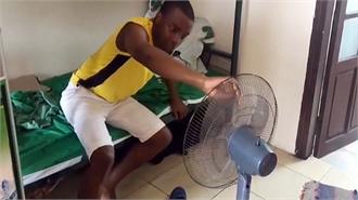 Thanh niên khốn khổ vì trời nóng lại mất điện