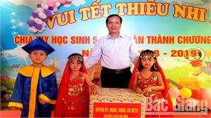 Bí thư Huyện uỷ Nghiêm Xuân Hưởng tặng quà cho các cháu Trường Mầm non Tuấn Đạo