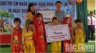 Phó Chủ tịch UBND tỉnh Lê Ánh Dương tặng quà trẻ em huyện Hiệp Hòa và TP Bắc Giang