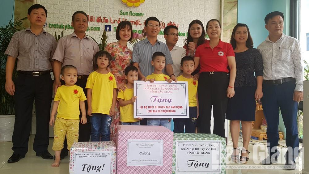 Phó Chủ tịch UBND tỉnh Lê Ánh Dương, tặng quà trẻ em, Hiệp Hòa, TP Bắc Giang, chăm sóc, giáo dục trẻ, Bắc Giang