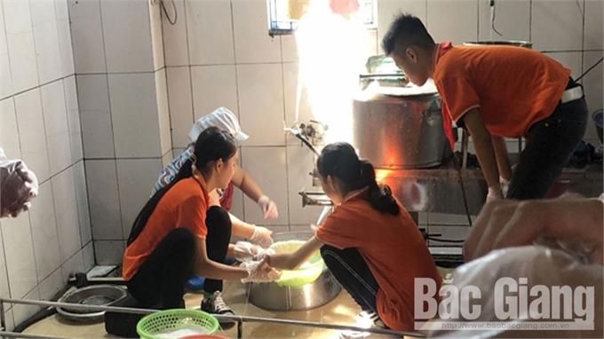 Học sinh trải nghiệm ở làng nghề truyền thống