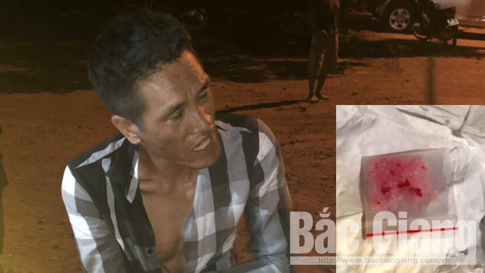 Nguyễn Văn Tiến và số ma túy bị thu giữ.