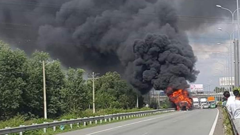 TP Hồ Chí Minh, xe container, bốc cháy,  cao tốc, giao thông, ùn tắc nghiêm trọng