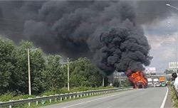 Xe container bốc cháy trên cao tốc, giao thông ùn tắc nghiêm trọng