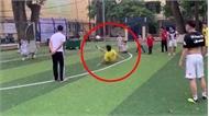 Cả sân bóng lăn ra cười khi cầu thủ đá hỏng penalty