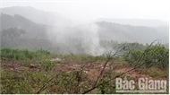 Hóa chất đổ trộm tại Lục Nam bốc khói khi mưa xuống