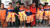 Đưa 5 ngư dân Thanh Hóa bị nạn vào bờ an toàn