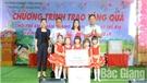 Phó Chủ tịch Thường trực HĐND tỉnh Bùi Văn Hạnh tặng quà thiếu nhi Trường Mầm non xã Xuân Phú