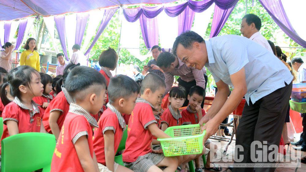 Đồng chí Bùi Văn Hạnh, tặng quà, thiếu nhi, tháng hành động vì trẻ em