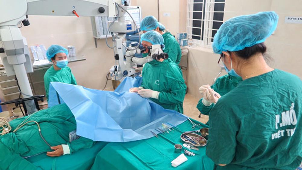 """Chương trình """"Hành trình ánh sáng"""", Bệnh viện Hữu nghị Việt Tiệp, Bệnh viện Đại học Y Côn Minh, Vân Nam, Trung Quốc), thay thủy tinh thể"""