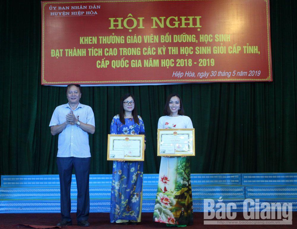 Hiệp Hòa, tuyên dương, học sinh giỏi, giáo viên giỏi, THCS thị trấn Thắng, Khuyến học, Phạm Đức Sáu, Tạ Việt Hùng,