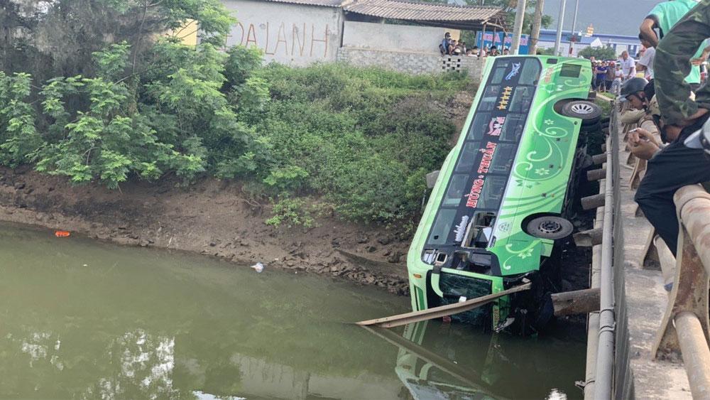 Xe khách biển số tỉnh Bắc Giang lao xuống sông ở Thanh Hóa