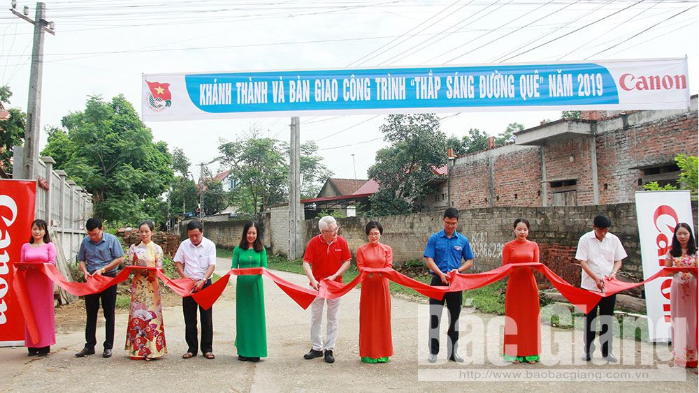 Bắc Giang, thắp sáng đường quê, Công ty TNHH Canon Việt Nam, nâng bước chân em tới trường