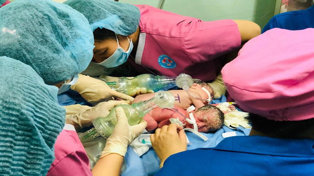 Hai bé gái TP Hồ Chí Minh chào đời dính nhau vùng bụng chậu