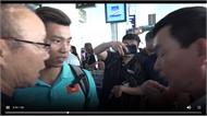 Người hâm mộ chào đón tuyển Việt Nam trở về từ King's Cup