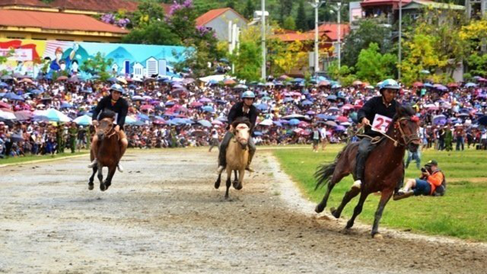 Bac Ha horse race, huge number of spectators, traditional horse race, bare-footed knights, fastest performers, high and steep mountains