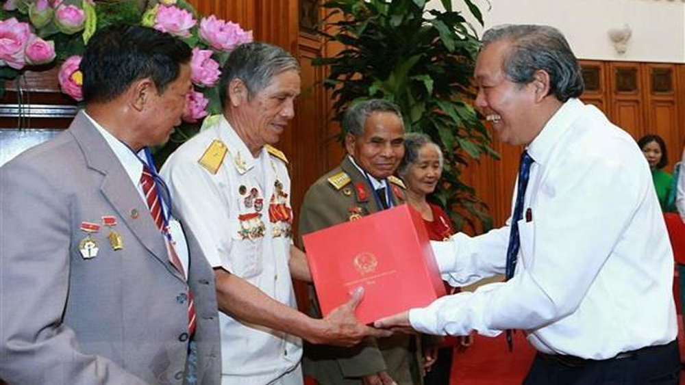 Over 332 billion VND for presenting gifts to revolution contributors