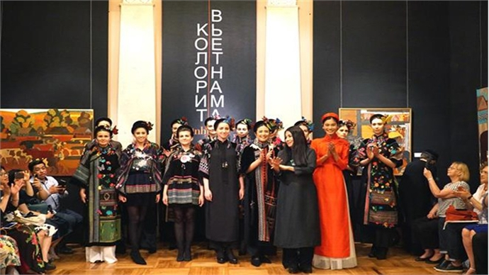 Vietnamese traditional long dress collection introduced in Russia