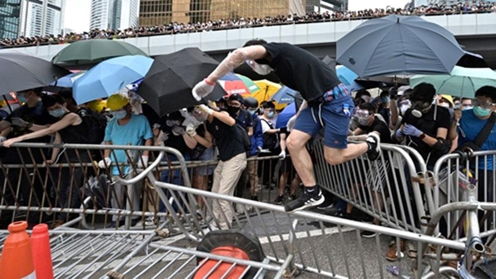 Cảnh sát Hong Kong, bắn hơi cay, trấn áp người biểu tình, Luật dẫn độ