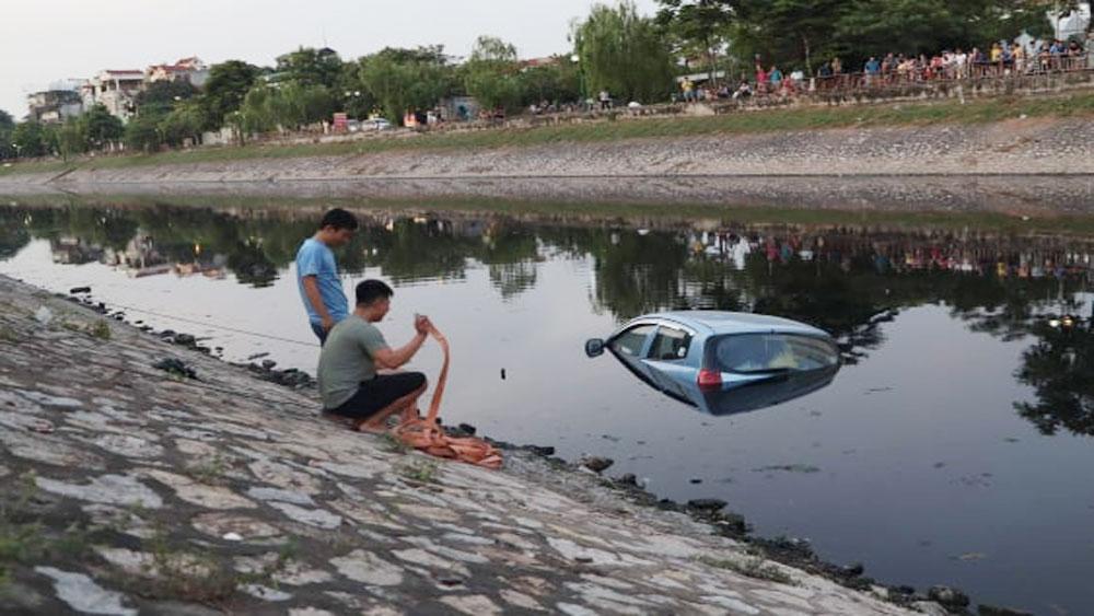 Lái xe, quên kéo phanh tay, ôtô 4 chỗ, lao xuống sông Tô Lịch
