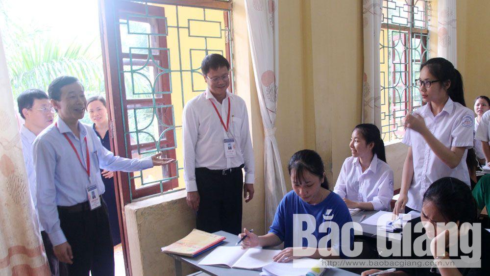 Thứ trưởng thăm và động viên học sinh Trường THPT Phương Sơn (Lục Nam) đạt kết quả cao trong kỳ thi tới.