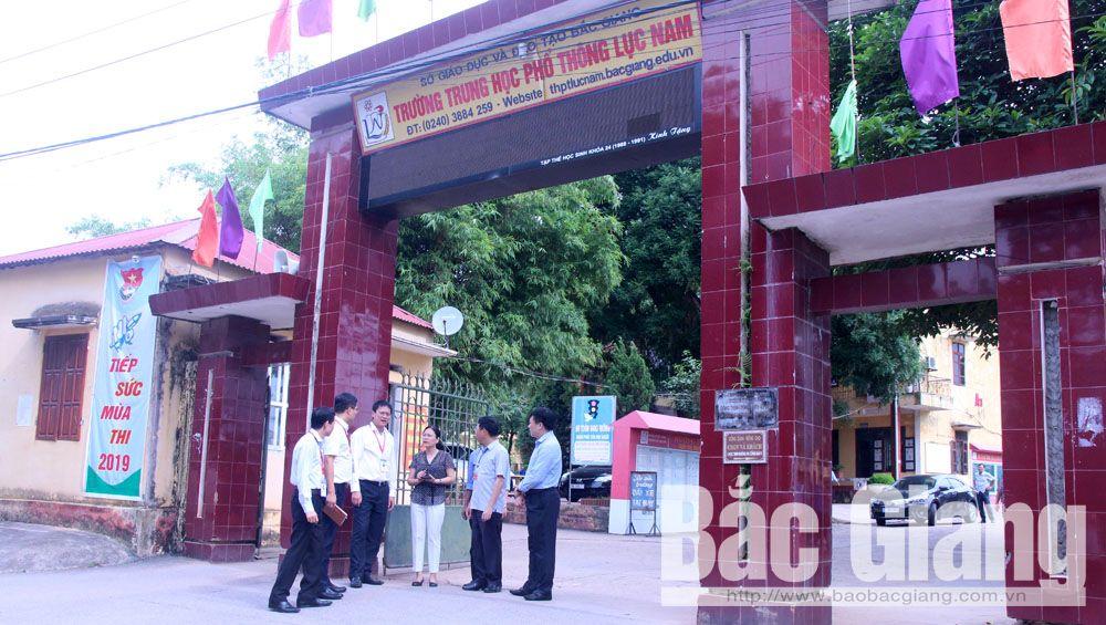 Thứ trưởng Lê Hải An yêu cầu Trường THPT Lục Nam phải tăng cường công tác bảo vệ tại các khu vực tiếp giáp với nhà dân.