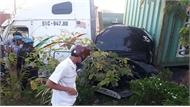 Xe ô tô 4 chỗ bẹp dúm kẹt giữa container, 3 người  bên trong tử vong