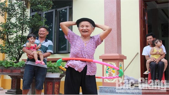 Bắc Giang: Cụ bà 86 tuổi lắc vòng hàng nghìn lượt mỗi ngày
