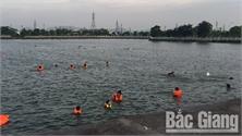 Bất chấp nguy hiểm, nhiều người dân vẫn tắm ở hồ Công viên Hoàng Hoa Thám