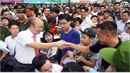 Hàng trăm người vây quanh HLV Park Hang-seo ở Quảng Ngãi