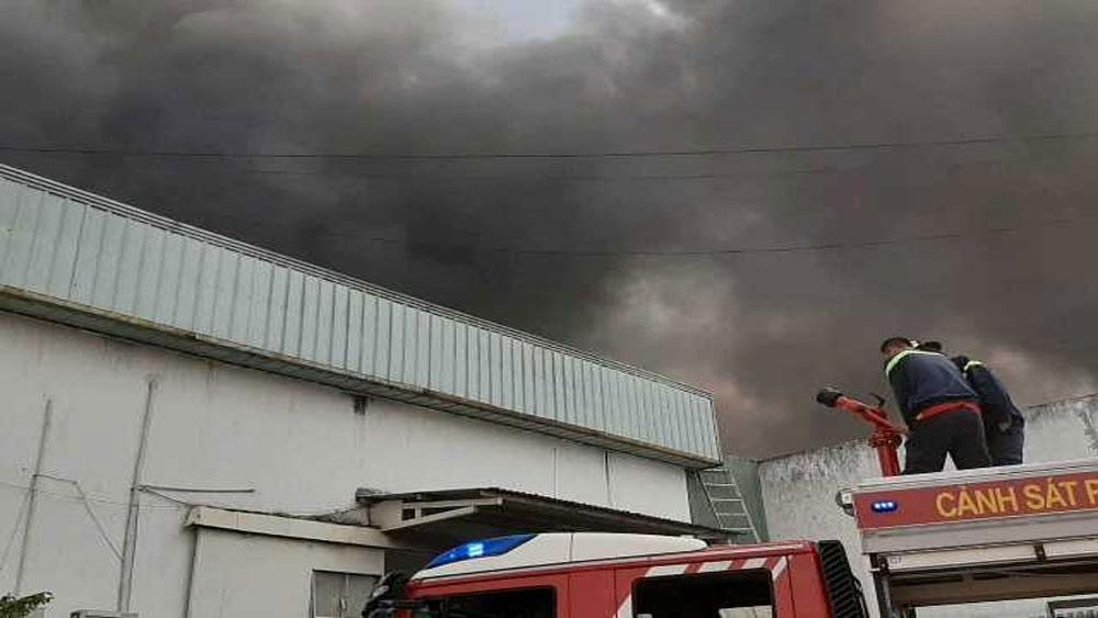 Cháy nhà xưởng, rộng hàng trăm m2,  KCN Sóng Thần 2