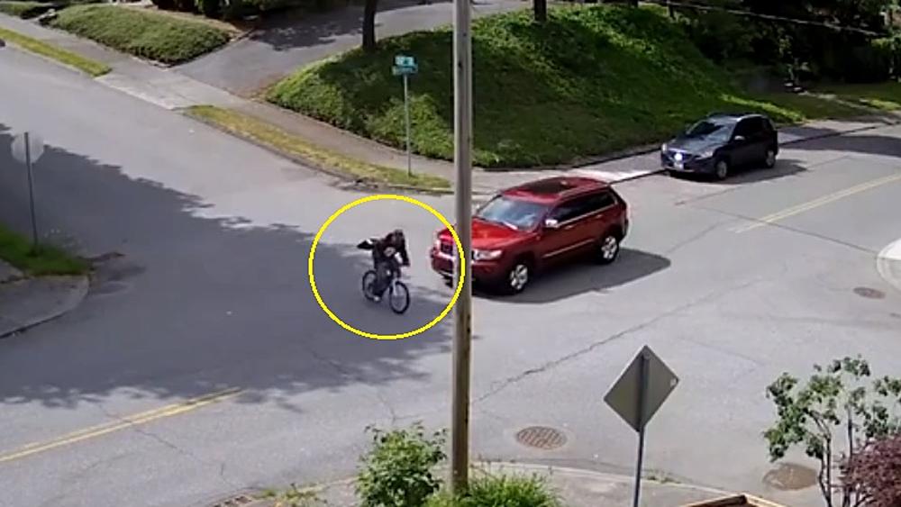 Pha thoát chết khó tin của người đi xe đạp