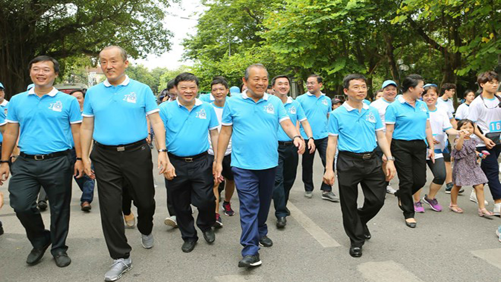 Thousands join walk to convey health messages
