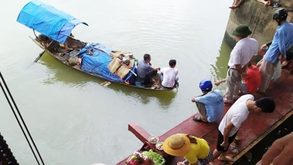 Mưa giông, thuyền cá lật xuống sông, 2 bà cháu mất tích, sông Luộc, bà Trần Thị Thúy
