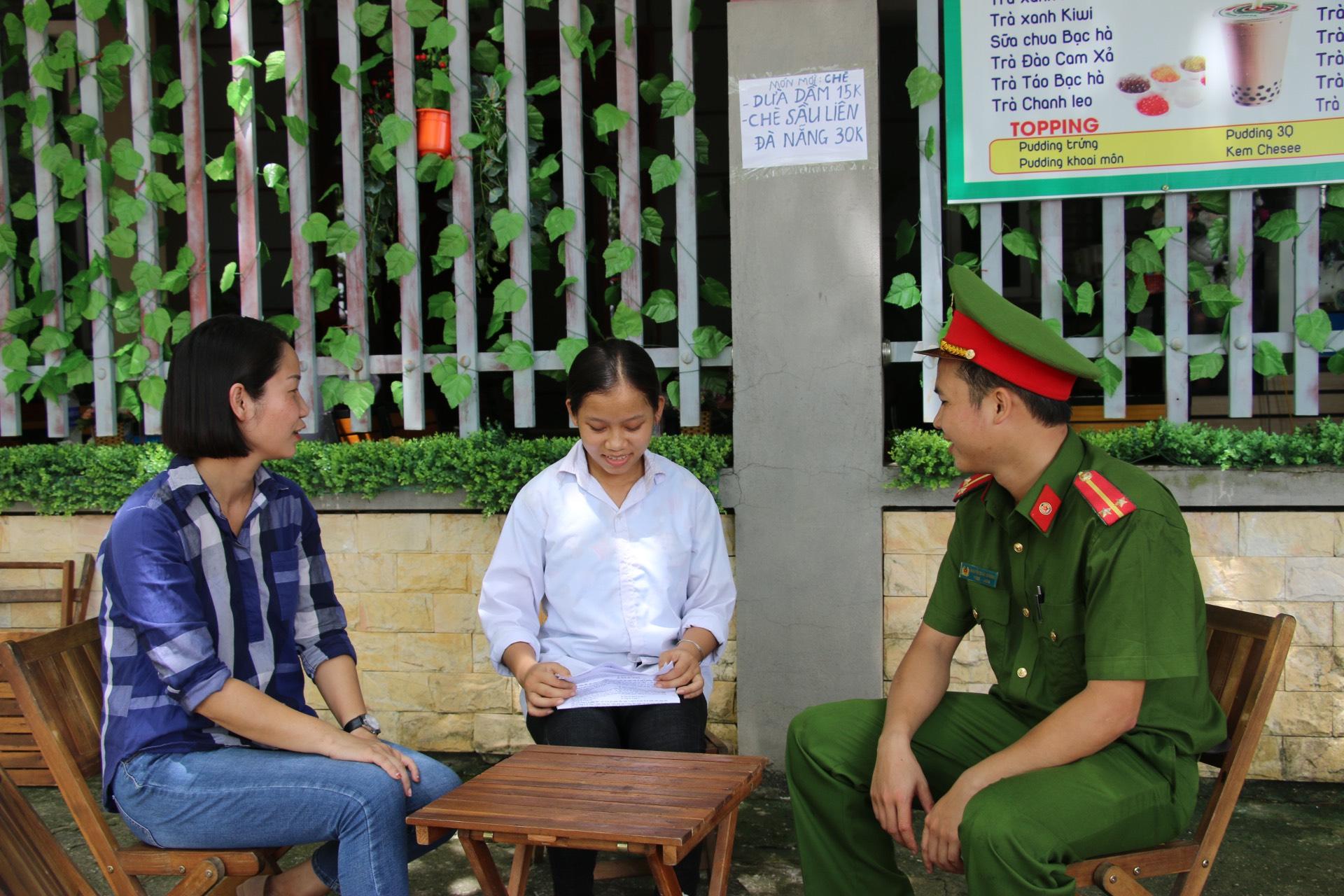 Một thí sinh Bắc Giang ngủ quên được chiến sĩ công an và đại diện điểm thi đến tận nhà đón đi thi