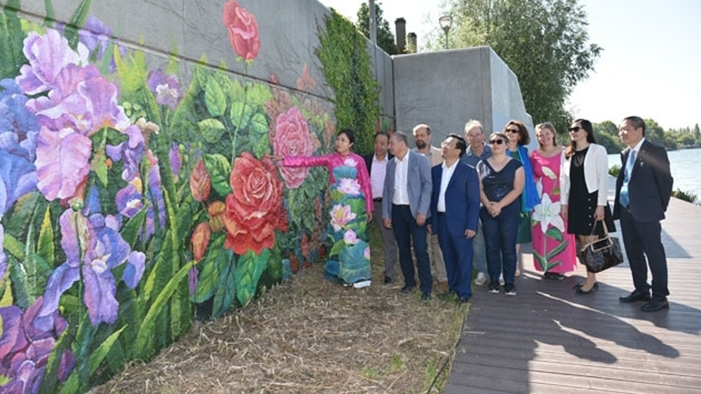 Vietnamese artists, mural painting, France, painter Nguyen Thu Thuy, Seine river bank, friendship and solidarity,  typical flowers