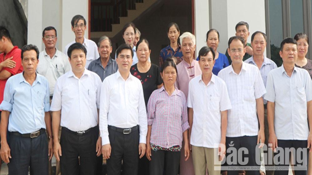 Trao kinh phí hỗ trợ xây dựng nhà ở cho hộ nghèo xã Tân Tiến