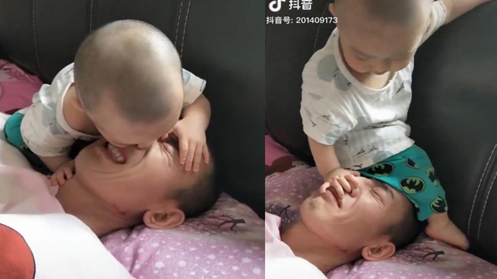 """Ông bố bị con """"hành hạ"""" đủ đường khi đang ngủ"""