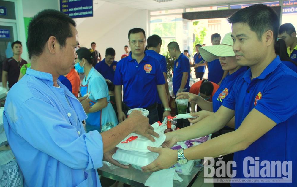Phát hơn 300 suất cơm miễn phí tặng bệnh nhân nghèo
