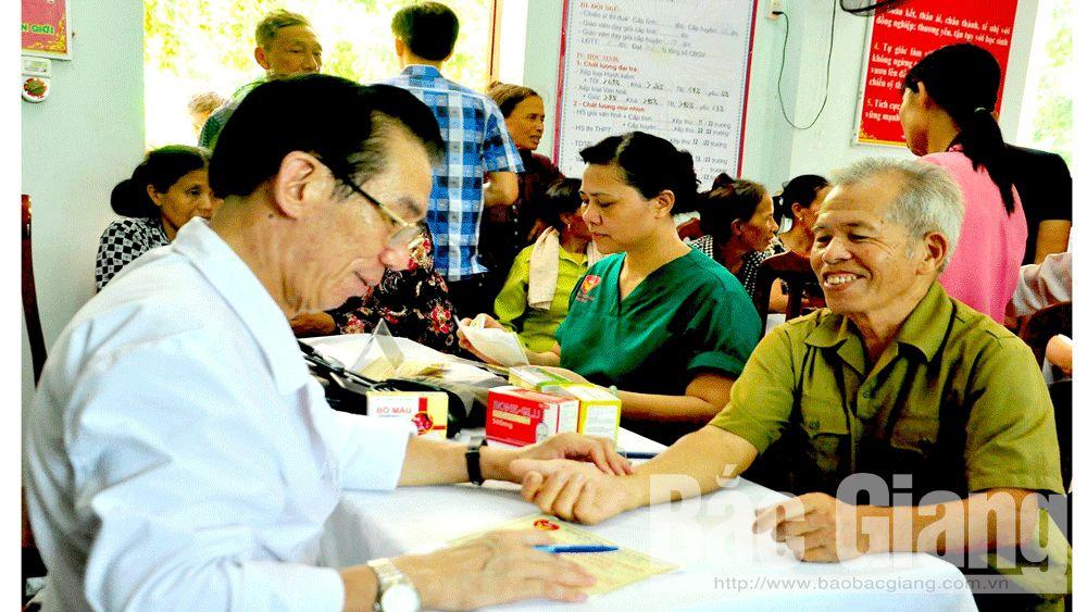 Khám, cấp thuốc miến phí cho hơn 300 đối tượng chính sách