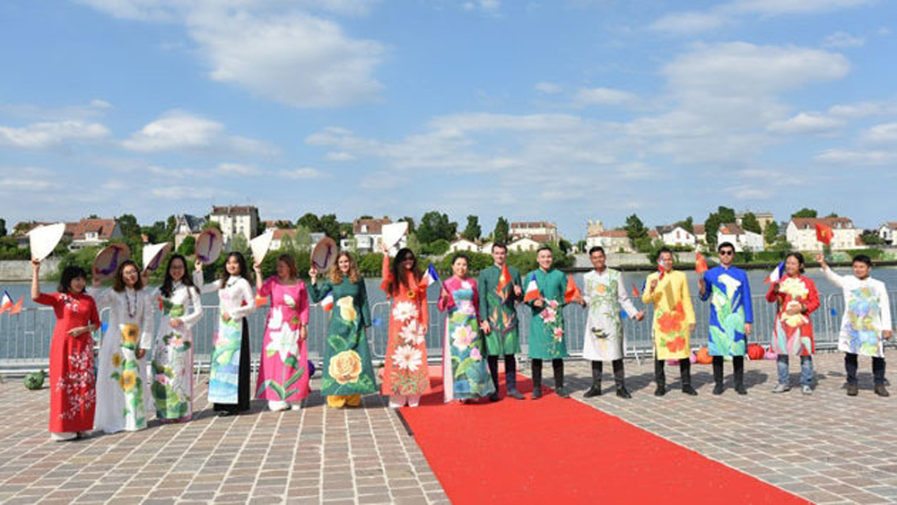 Fashion show, Seine River, Vietnam's Ao Dai, mural painting, cultural and educational activities, Vietnam Friendship Year